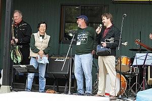 オーナーのディビッドさん(中右)と奥さんの木村さん(中左)