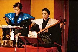 義太夫を語る小幡治枝さん(左)