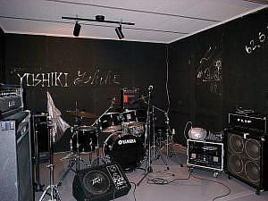 壁にサインが書かれたスタジオ内部