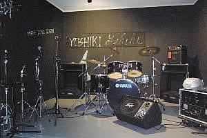 YOSHIKI、ToshIが練習したスタジオ。正面にYOSHIKIのサイン